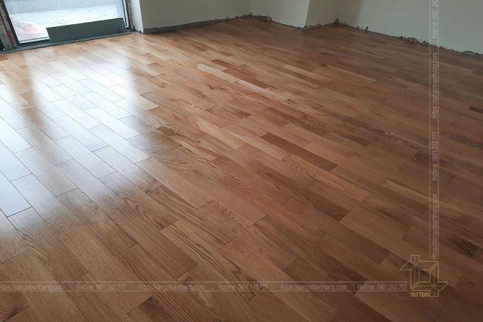 Lát gỗ kết hợp xếp đồ đạc trong căn hộ cũng khá vất vã
