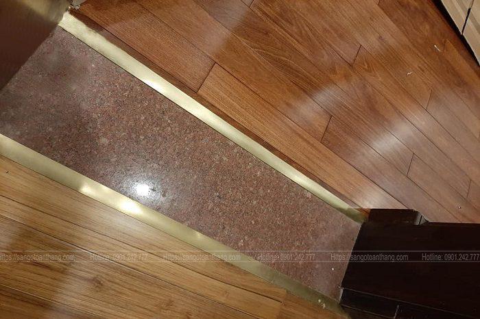 Việc cuối cùng của lát sàn gỗ là gắn nẹp đồng tạo điểm nhấn