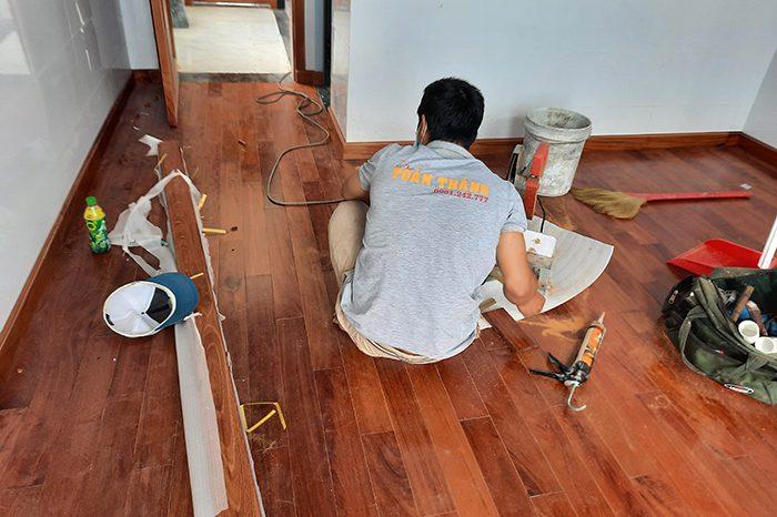 Thi công sàn gỗ Căm xe tự nhiên đòi hỏi thợ phải có chuyên môn lâu năm