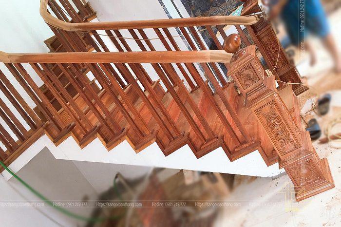 Cầu thang gỗ căm xe mẫu tay vịn kép kết hợp trụ Deba chạm khắc họa tiết