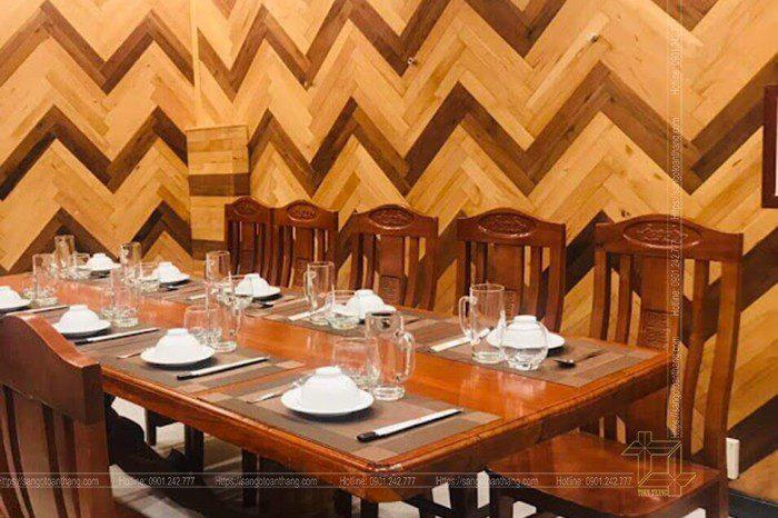 Ốp vách trang trí phòng bếp bằng Sàn gỗ Sồi Engineer hiện nay bắt gặp khá nhiều