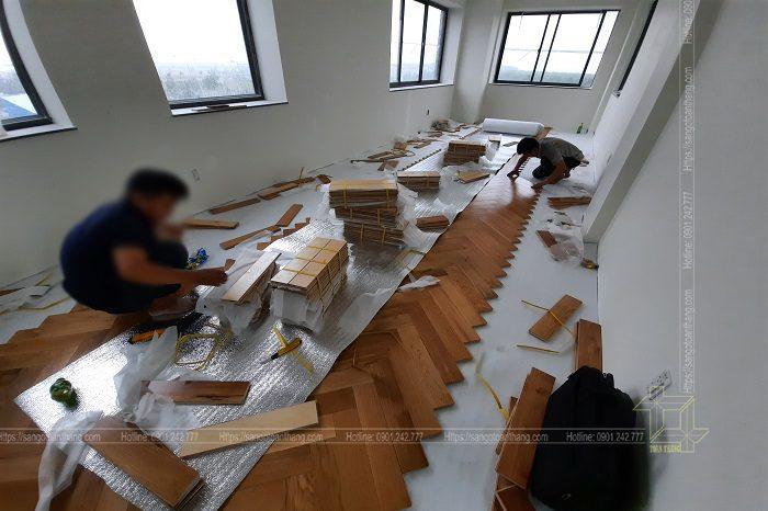 Thợ thi công sàn gỗ Sồi xương cá đòi hỏi phải có kinh nghiệm lâu năm