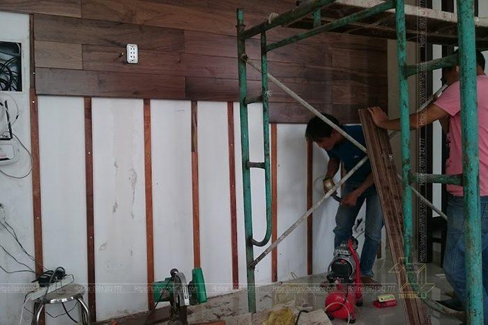 Ứng dụng sàn gỗ óc chó lúc ốp tường