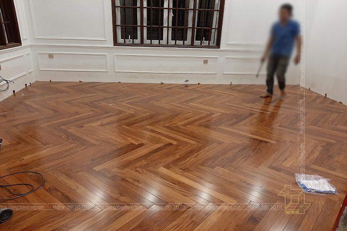Phòng khách lát sàn gỗ Căm xe kiểu xương cá tạo nên nét cổ điển