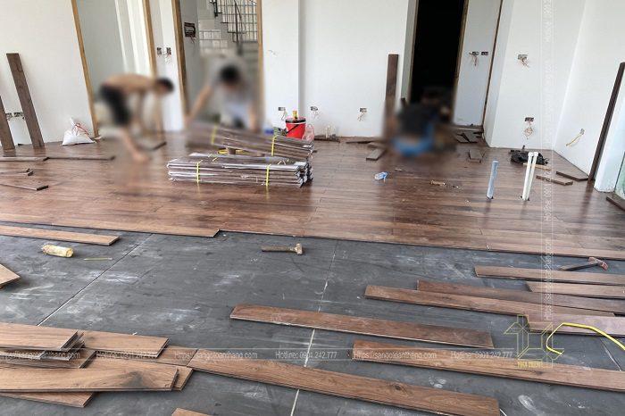 Quá trình thi công sàn gỗ Engineer Walnut cũng tương đối nhẹ nhàng