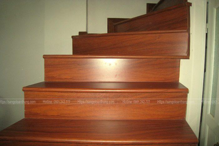 Cầu thang gỗ Căm xe có màu đỏ sẩm, huyền bí