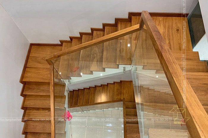 Cầu thang gõ đỏ kết hợp kính cường lực vô cùng sang trọng