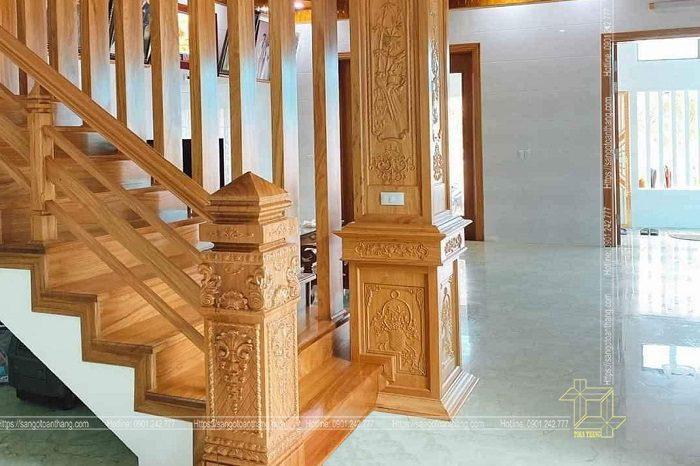 Trụ cầu thang gỗ Gõ đỏ được đầu tư khá tỉ mĩ tạo điểm nhấn cho ngôi nhà lớn