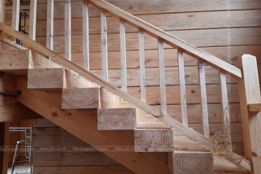 Cầu thang gỗ thông rất chắc chắn