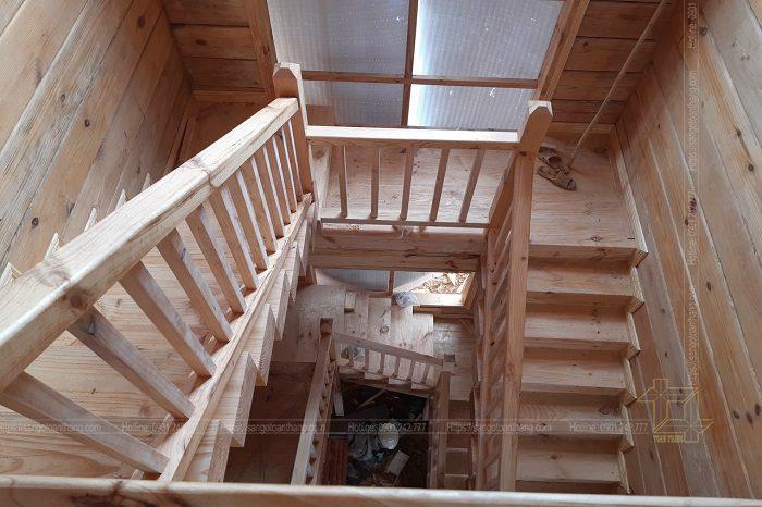 Ngoài làm cầu thang ra, gỗ thông còn sử dụng để ốp tường