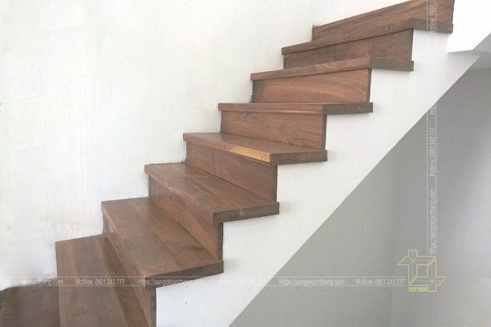 Mặt bậc cầu thang gỗ Óc chó sau khi đã lắp đặt bước 1