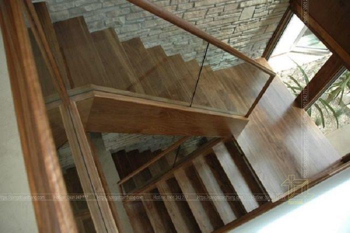 Tay vịn kính kết hợp bậc thang gỗ tạo sự rộng rãi thoáng mát