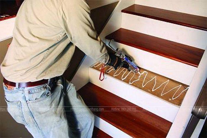 Keo nhằm đảm bảo gắn chắc mặt bậc thang, hạn chế kêu sau này