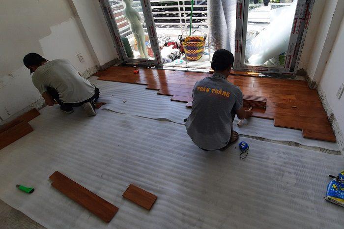 Vệ sinh sàn nhà sạch sẽ trước khi tiến hành thi công
