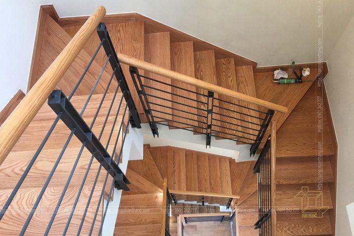 Cầu thang gỗ Sồi Nga (Tần Bì) vân gỗ rất sắc nét là nỗi bật