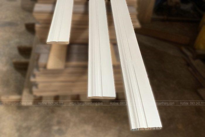 Len chân tường gỗ tự nhiên sơn trắng 2K