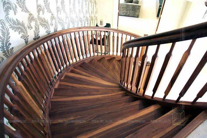 Cầu thang gỗ Walnut (Óc chó) kết hợp con tiện tạo nên không gian cổ điển xa xưa