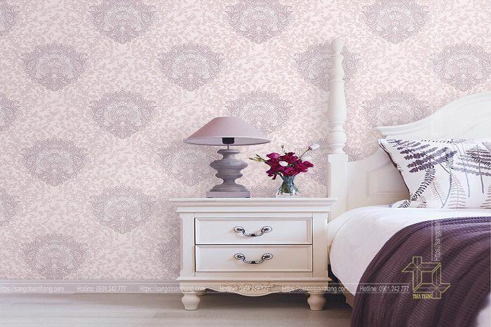 Giấy màu tím hoa văn làm cho căn phòng ngủ trở nên mơ mộng