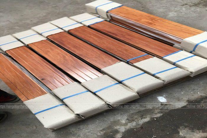 Ván sàn gỗ tự nhiên vận chuyển xa sẽ được gia cố ở 2 đầu bó gỗ