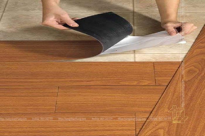 Sàn nhựa vân gỗ loại sẵn keo khá tiện dụng nhưng chất lượng không được cao