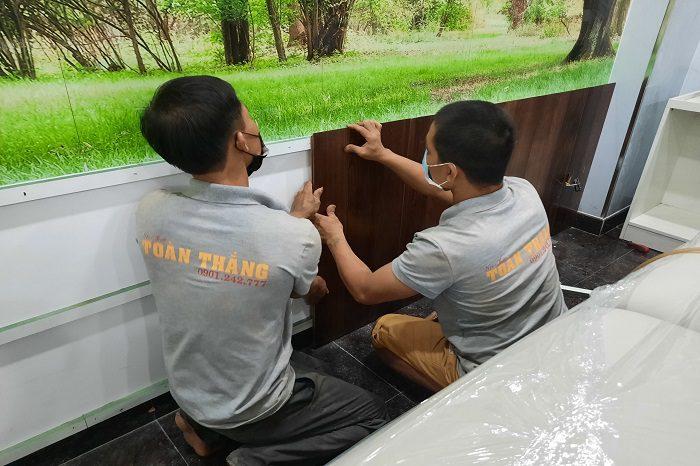 Thi công lamri nhựa giả gỗ đòi hỏi thợ phải tỉ mỉ và cẩn thận